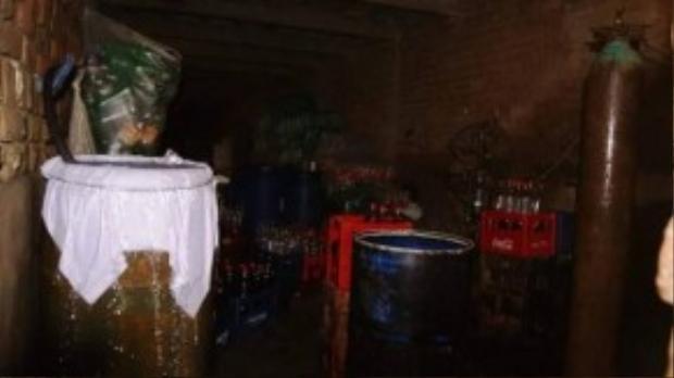 Bên trongxưởng sản xuất sử dụng hóa chất độc hại để làm giả các loại nước ngọttại Pakistan.