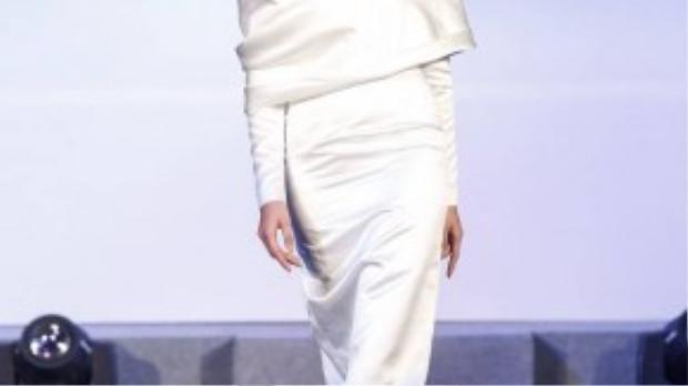 Những năm 50s, Christian Dior nổi lên vớichân váy xòe rộng tiêu tốn hàng chục mét vải, vòng eo nhỏ thắt đáy lưng ong và bờ vai tròn trịa gợi nhớ đài hoa. Sự nữ tính, yêu kiều và phù phiếm quay trở lại.
