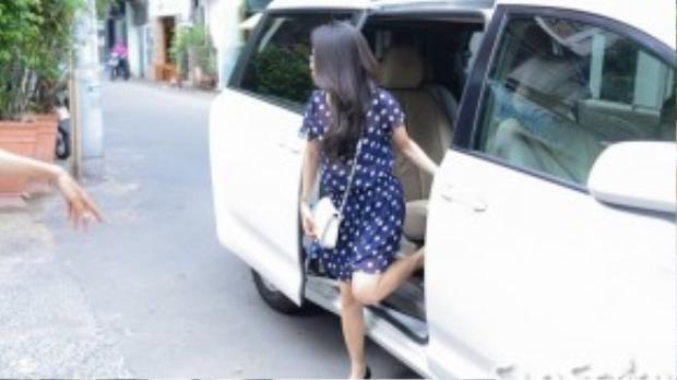 Cẩm Ly bước xuống từ ô tô riêng. Mới đây, nữ ca sĩ vừa hoàn thành xong vai trò huấn luyện viên của cuộc thi Giọng hát Việt nhí.
