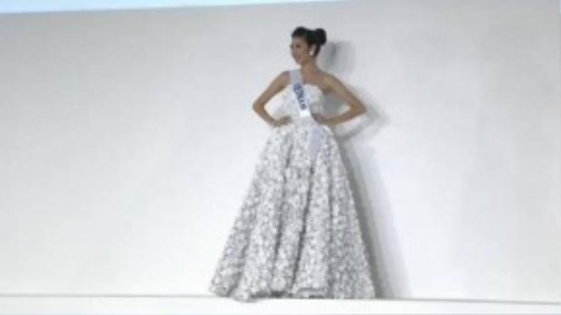Bộ váy dạ hội với thiết kế hoa anh đào giúp Thúy Vân ghi điểm trong đêm thi.