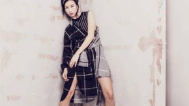 Bố cục bất đối xứng của chiếc váy với hai tà ngắn dài khiến chúng ta liên tưởng đến sự phóng khoáng.