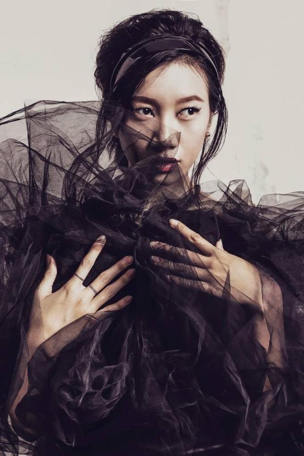 Phan Linh biểu cảm đầy si mê trong sắc đen quyến rũ