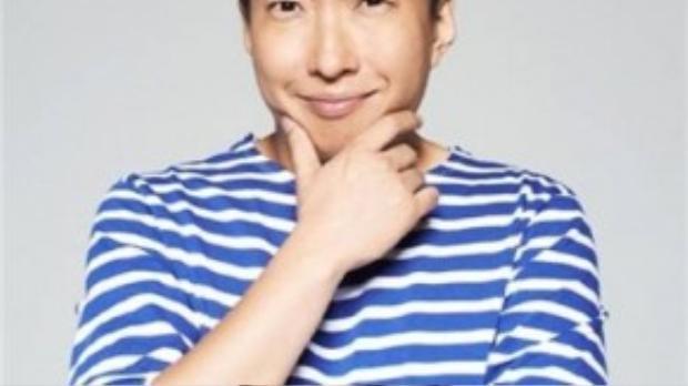 """Park Myung Soo là ngôi sao giải trí quen thuộc của màn ảnh nhỏ Hàn Quốc, anh đảm nhận nhiều vai trò như MC, DJ, nghệ sĩ hài, ca sĩ, nhạc sĩ nhưng nổi trội nhất là trong lĩnh vực truyền hình thực tế. 2 chương trình mà Park Myung Soo ghi đậm dấu ấn là """"show truyền hình quốc dân"""" Infinity Challenge và chương trình phát thanh Date at 2 O'Clock. Đặc biệt, với Infinity Challenge, nghệ sĩ 45 tuổi đoạt giải thưởng cao quý Daesang đầu tiên tại MBC Entertainment Awards 2012 với danh hiệu Ngôi sao giải trí của năm."""