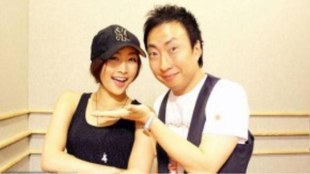 """Tháng 7/2010, Park Myung Soo bắt tay với thành viên Nicole Jung của nhóm nữ đình đám khác là KARA trong ca khúc Whale. 4 năm sau, Nicole rời khỏi KARA để gây dựng sự nghiệp riêng. Trong buổi trò chuyện hồi tháng 4, nghệ sĩ hài chia sẻ: """"Vào thời điểm đó, KARA vẫn còn nhỏ, giờ thì họ trưởng thành rồi. Ví dụ như Han Seung Yeon còn trẻ con khiến tôi chẳng dám đùa giỡn với cô bé. Nhưng mà hình như ai cộng tác với tôi, từ Jessica (SNSD) và Nicole cũng đều sau đó rời nhóm thì phải, cả Primary cũng vướng phải rắc rối""""."""