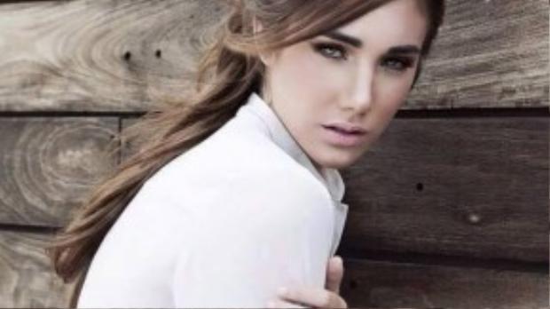 Nhờ vẻ đẹp hơn người, 15 tuổi, Edymar Martinez đã tham gia hoạt động showbiz với vai trò người mẫu. Cô còn ẵm giải Miss Teen Venezuela.