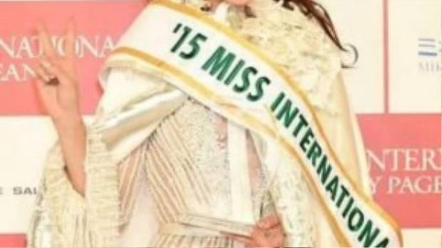 Edymar Martinez đăng quang Hoa hậu Quốc tế 2015 vừa diễn ra tại Nhật Bản. Vẻ đẹp tỏa sáng trong buổi họp báo sau lễ đăng quang của cô thu hút mọi ống kính.