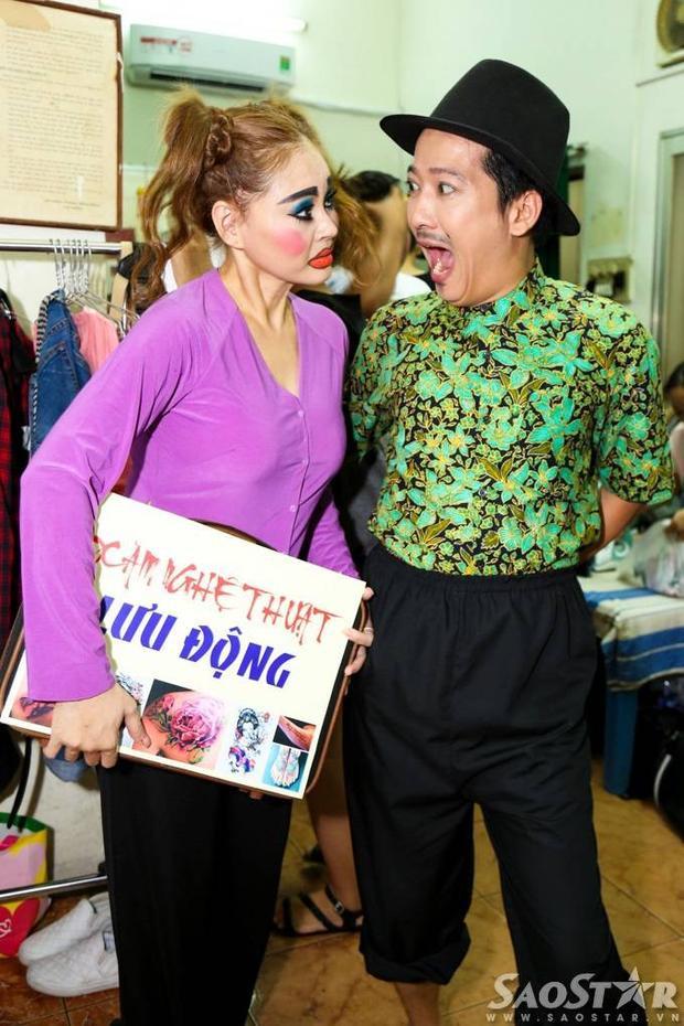 Danh hài Hoài Linh đến liveshow Trường Giang để khoe dép