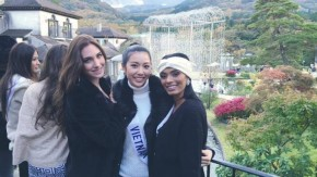 Thúy Vân thân thiết với hoa hậu đến từ Venezuela (trái) ngay những ngày đầu tiên tham gia cuộc thi.