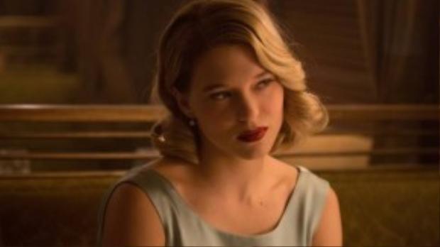 Bóng hồng nước Pháp vào vai Madeleine Swann, hầu như chỉ chờ James Bond tới cứu và trao tặng một nụ hôn.