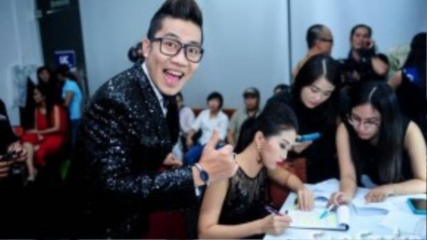 Hoàng Rapper chọc ghẹo Hà Trinh khi cô nàng đang đọc kịch bản.