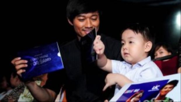 Quý Bình xuất hiện cùng con trai Lê Phương, bé Cà Pháo tỏ ra rất vui vẻ và thoải mái khi ở cạnh Quý Bình.