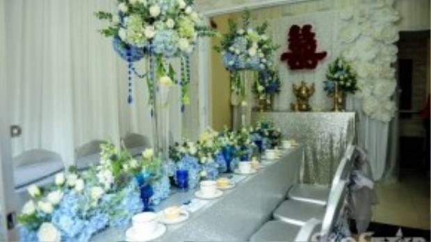 Những bông hoa tươi được kết khéo léo từ bàn thờ gia tiên đến bàn tiếp khách.