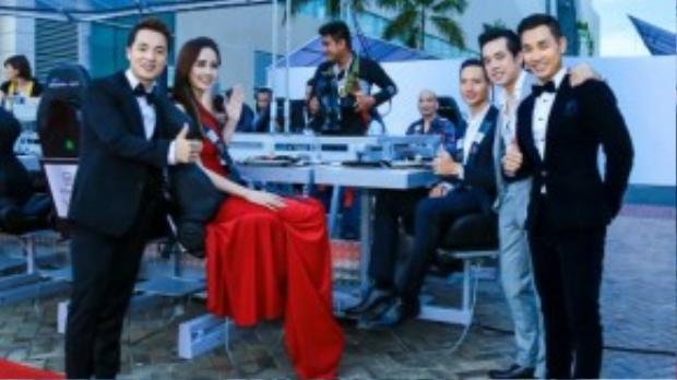 Mới đây, hoa hậu Mai Phương Thúy cùng nhạc sĩ Dương Khắc Linh, diễn viên Kim Lý, ca sĩ Đăng Khôi, MC Nguyên Khang là những vị khách được lựa chọn tham gia trải nghiệm bữa ăn tối trên không trung trong một chương trình lớn của một nhãn hàng.