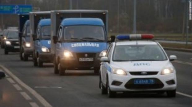 Xe cảnh sát Nga chở các nạn nhân về từ sân bay.