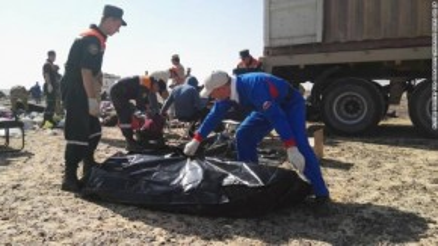 Đội cứu hộ thu dọn hiện trường và vận chuyển xác các nạn nhân.