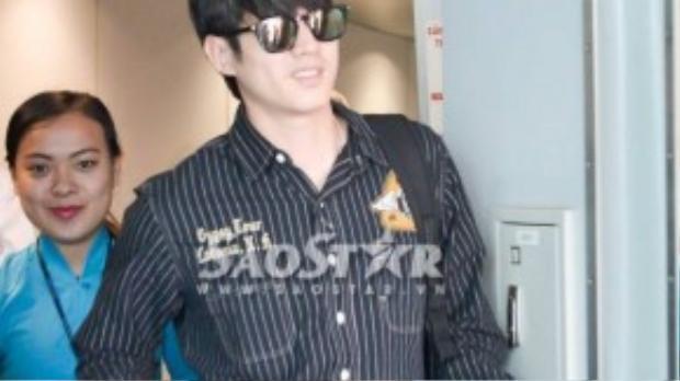 Nam tài tử của điện ảnh Thái Lan xuất hiện trễ hơn dự kiến 1 tiếng do trước đó có đoàn khách ngoại giao.