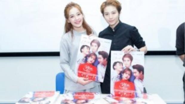 Kết thúc sự kiện, hàng trăm sinh viên xếp hàng chờ đợi để nhận những poster phim có chữ ký của hai diễn viên.