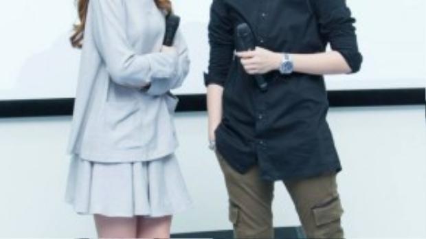Hai diễn viên trẻ diện trang phục đơn giản nhưng vẫn nổi bật và thu hút hàng trăm bạn trẻ.