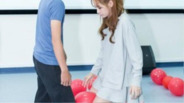 Chi Pu và Gil Lê nhiệt tình tham gia trò chơi cùng các bạn sinh viên.