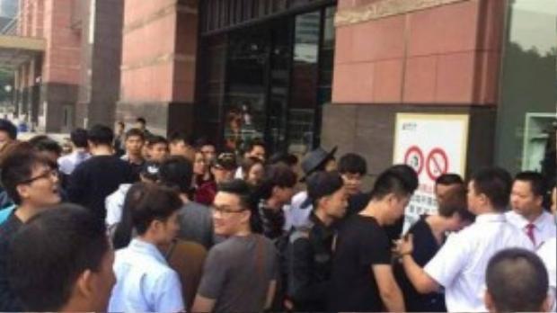 Không khí trước giờ mở cửa của Store H&M Quảng Châu ngày 5/11.
