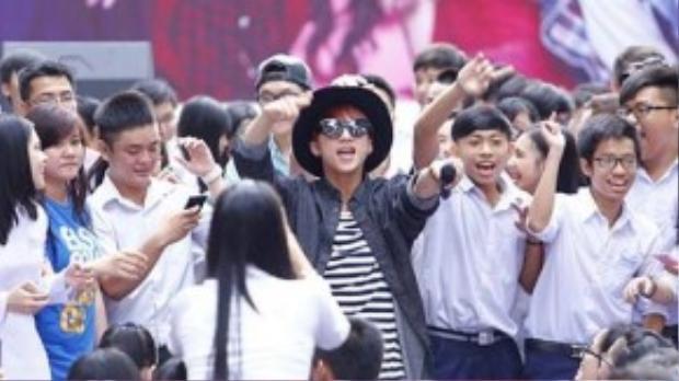 Chàng ca sĩ trẻ luôn biết cách hâm nóng và khuấy động không khí mỗi khi gặp trục trặc kỹ thuật, âm thanh.