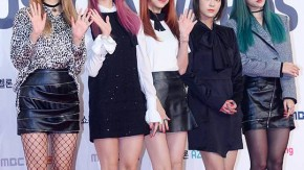 Nhóm EXID đến dự với vẻ tươi tắn, chỉ riêng thành viên nổi bật nhất - Hani lại hiếm khi nở nụ cười.