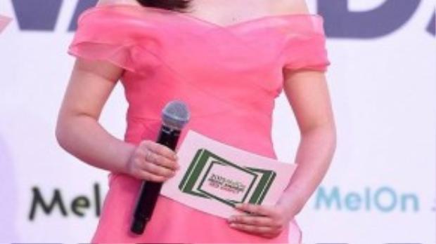 Một kiều nữ khác của Kpop là Heo Young Ji thuộc nhóm nhạc KARA đảm nhận vai trò dẫn chương trình trong sự kiện.