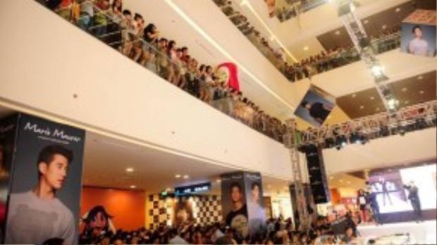Rất đông fan có mặt tại trung tâm thương mại để gặp gỡ nam tài tử Mario Maurer.