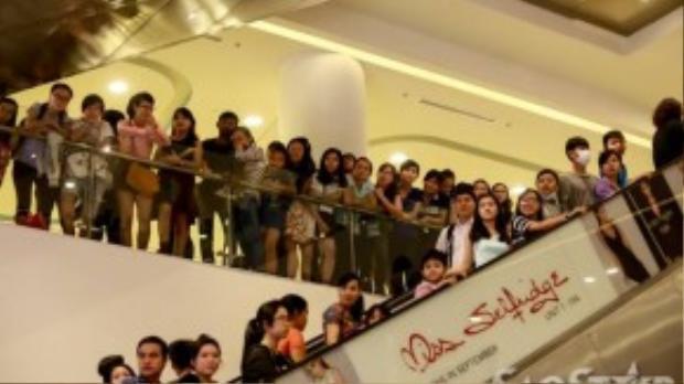 Rất đông fan không có chỗ đứng phải di chuyển lên lầu tạo thành một sân khấu nhiều tầng.