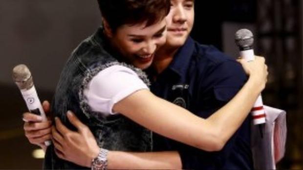 Chứng kiến sự thân thiện của Mario Maurer, MC Phương Mai cũng xin phép ôm anh 1 cái bày tỏ sự hâm mộ.