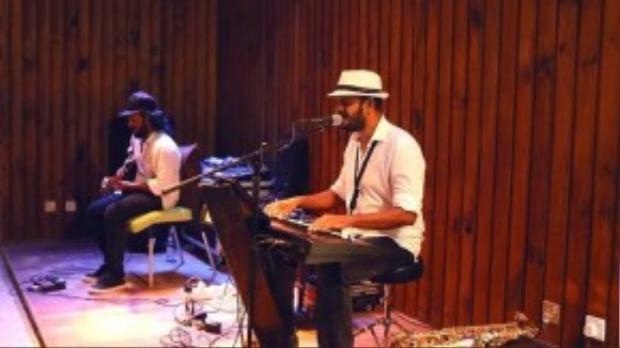 Nghe nhạc aucostic là một trong ít thú giải trí về đêm tại Maldives.