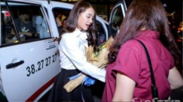 Nhã Phương một mình đi taxi đến nhà hát Hòa Bình sát thời gian chương trình diễn ra. Cô chuẩn bị bó hoa lớn để tặng cho bạn trai tin đồn.