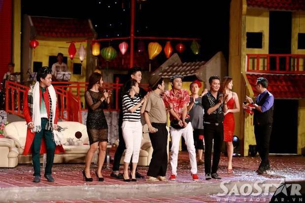 Nhã Phương cưỡng hôn Trường Giang trên sân khấu