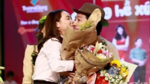 Thay cho lời động viên, nữ diễn viên Tuổi thanh xuânchủ động dành cho bạn trai nụ hôn nhẹ lên má.