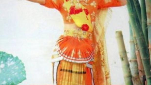 Cô được đạo diễn Dương Khiết đánh giá cao bởi không chỉ đẹp mà còn có tài ca múa.