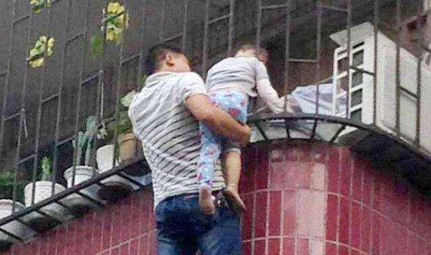 Thót tim cảnh giải cứu em bé bị kẹp đầu ở chung cư tầng 3
