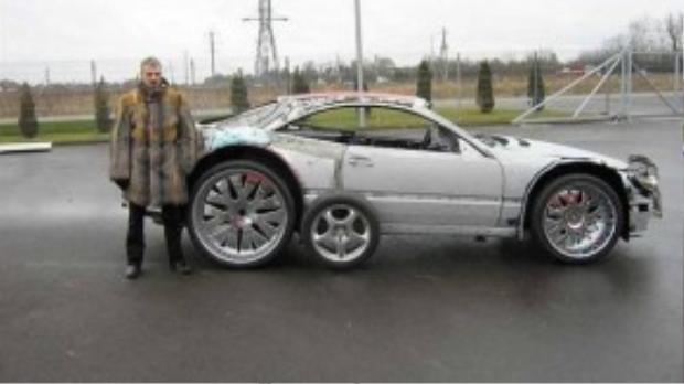 Anh chàng người Lithuania bên chiếc xe cũ kĩ của mình.