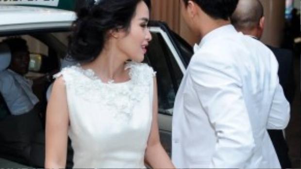 Cặp đôi nắm chặt tay đầy lãng mạn.
