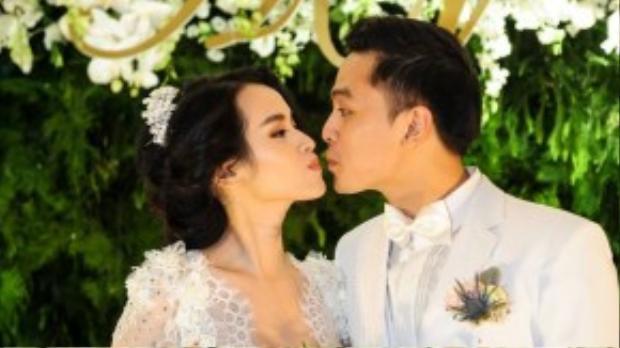 Tú Vi - Văn Anh trao nhau nụ hôn đáng yêu ngay sảnh đón khách.