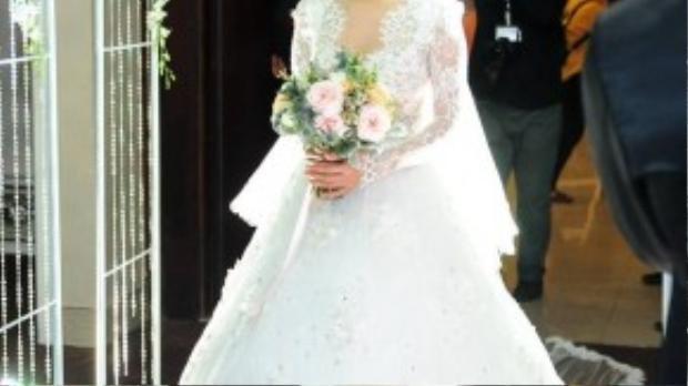 Cô dâu xinh đẹp tiến lên lễ đài trong giờ phút quan trọng nhất.
