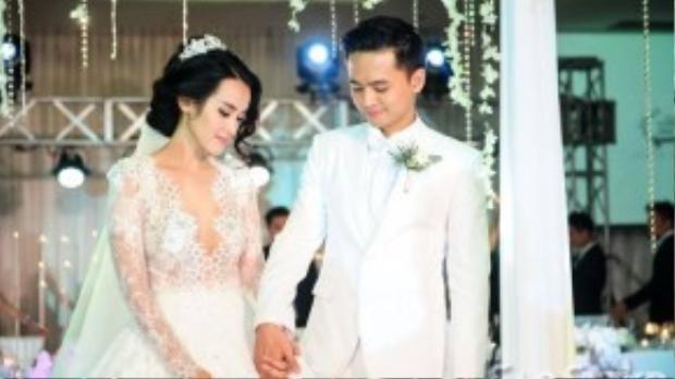 Văn Anh nắm chặt tay để trấn an người vợ tương lai của mình trong giây phút hồi hộp.