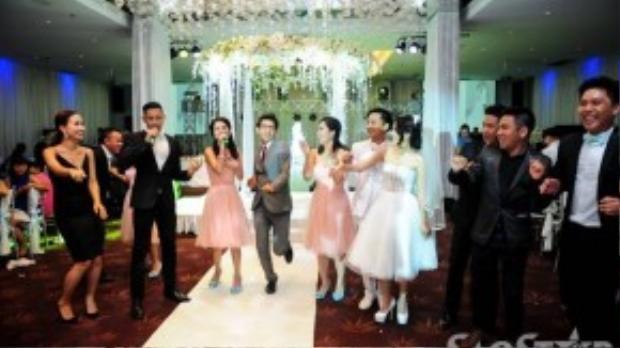 Nhiều khách mời cũng nhanh chóng nhập cuộc cùng cặp đôi vợ chồng mới của showbiz Việt.