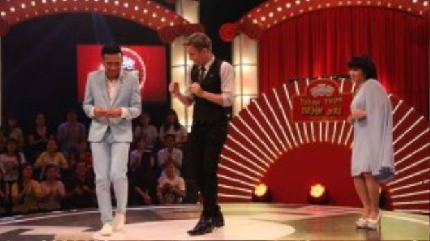 """MC Ngô Kiến Huy và hai giám khảo mở màn chương trình với màn """"giành nói' hài hước."""