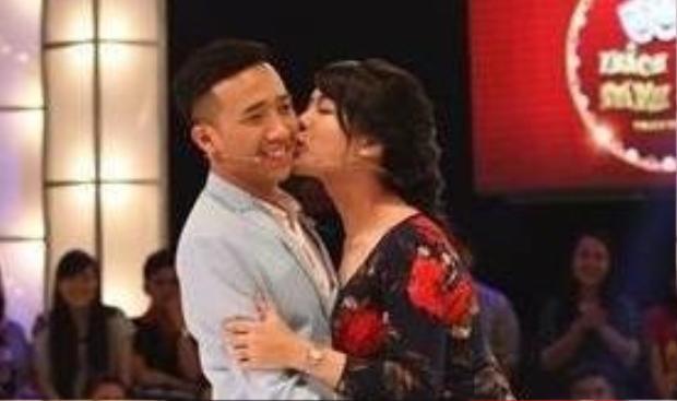 Nụ hôn ngọt ngòa của Trọng Hiếu dành cho Trấn Thành.