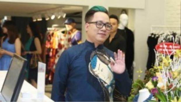 MC Tùng Leo diện áo dài truyền thống với hoạ tiết độc đáo.