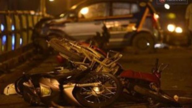 Chiếc xe taxi đã lao với tốc độ cao trên cầu vượt Thái Hà - Chùa Bộc, hướng từ Ngã tư Sở đi Nguyễn Lương Bằng…