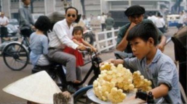 """Cũng như tiếng lóng, bây giờ ít người trẻ hôm nay biết """"mía ghim"""" và xe Velo Solex rất phổ biến trên đường phố Sài Gòn xưa - Ảnh tư liệu."""