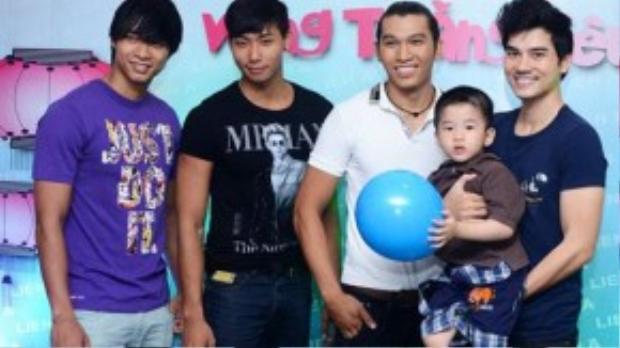 Bachàng trai đoạt giải Vàng Siêu mẫu Việt Nam tại thời điểm 2012 là Vũ Mạnh Hiệp, Hữu Long, Ngọc Tình cùng nam diễn viên Thành Được chụp hình kỷ niệm nhân dịp trung thu.
