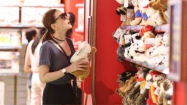 Khi thấy một cửa hàng bán đồ chơi con nít, Thu Thủy tranh thủ ghé qua để mua cho con trai.