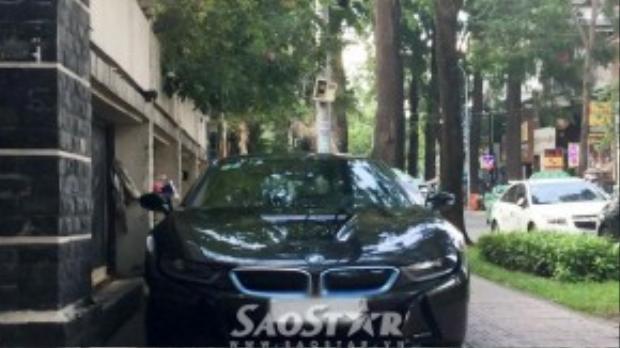 Siêu xe BMW i8 của Phan Thành bất ngờ xuất hiện tại một quán ăn ở Q.3.